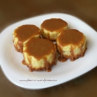 Mini cheesecakes cu sos caramel